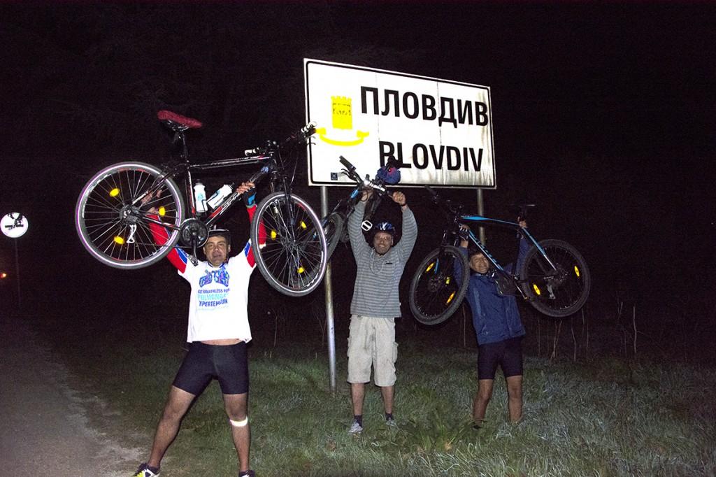 Тодор Мангъров, Владимир Томов и Христо Енев, след изминати 150 км с велосипед